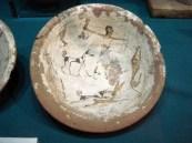 prato de cerâmica decorado caçador, lebre, cão, leopardo e peixe. 6a. Dinastia